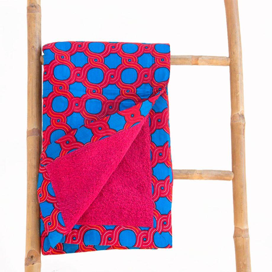 Toalla-playa-tela-africana-wax-estampada-azul-roja-ukat